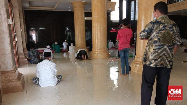 Pada daerah dengan status level 4, tempat ibadah tidak ditutup total. Pemerintah hanya menganjurkan warga untuk beribadah di rumah masing-masing.