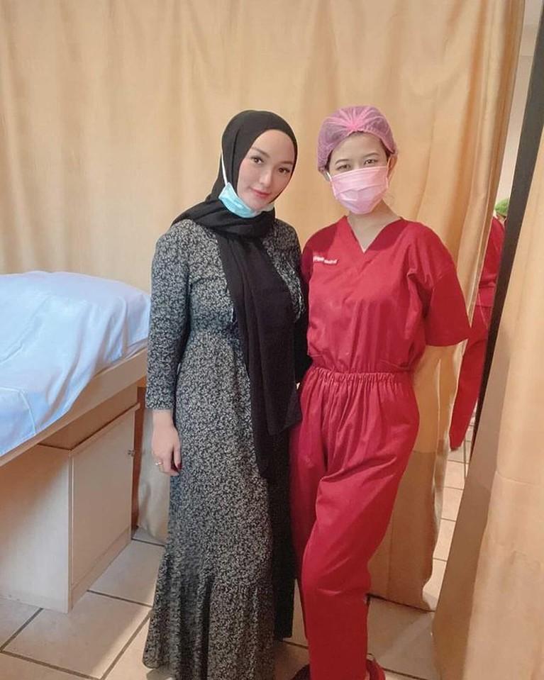 Unggahan Zaskia Gotik memakai hijab tuai pujian dari netizen. Ia terlihat cantik dan manglingi. Yuk kita intip!
