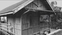 <p>Pria asal Malang ini membangun rumah kayunya tersebut di lereng Gunung Pundak, Pacet, Kabupaten Mojokerto, Jawa Timur. (Foto: YouTube: Dodit Mulyanto)</p>