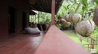 <p>Selain itu, Prada juga menggunakan perabot dan furnitur dari kayu. Serasi banget sama desain rumahnya ya, Bunda. (Foto: YouTube Prada Kalaweit)</p>