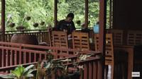 <p>Pada bagian teras, Prada menghias rumah dengan berbagai macam tanaman hias. Ia juga meletakkan kursi santai di depan rumah, lho. (Foto: YouTube Prada Kalaweit)</p>