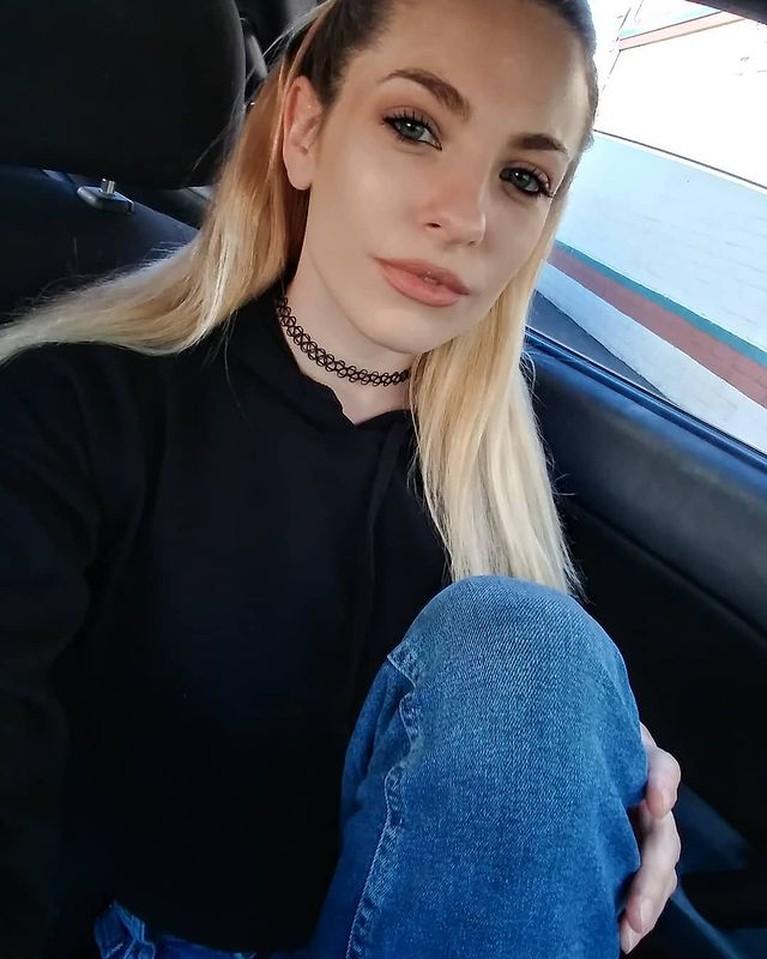 Bintang porno asal Amerika ditemukan tewas di dalam mobil karena luka tembak. Ia diduga bunuh diri karena depresi. Intip sosoknya!