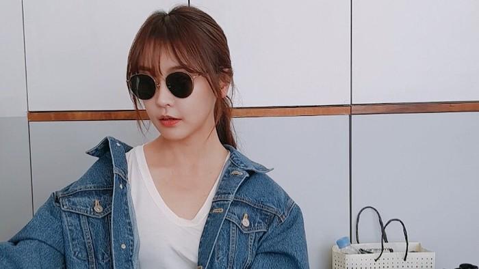Aktris Korea Jung Yoo Mi tampak super stylish saat mengenakan jaket denim yang ia padankan dengan white t-shirt. Untuk makin mempertegas tampilannya, ia mengenakan kacamata hitam dengan rounded frame. Cool abis, ya!/ Foto: Instagram/yum_yum.