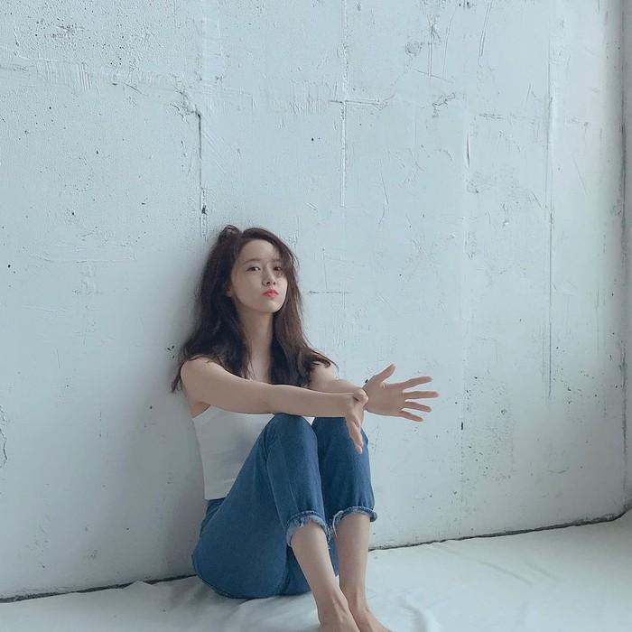 Aktris Korea sekaligus Idol Lim Yoona tampil casual dalam sebuah pemotretan. Ia mengenakan tanktop berwarna putih dan ia padankan dengan denim berpotongan 7/8. Terlihat casual dan nyaman, ya tampilannya. / Foto: Instagram/yoona__lim