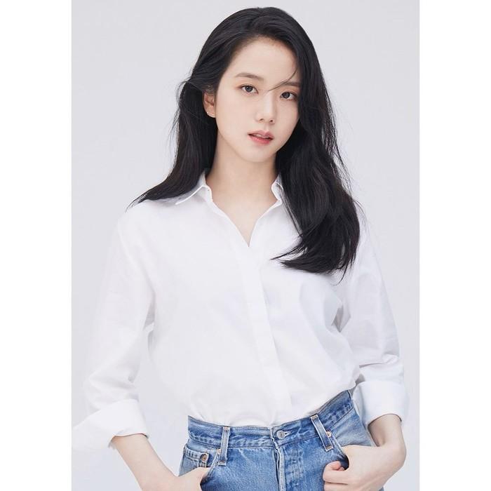 Belum lama ini YG mengunggah sejumlah foto penyanyi sekaligus aktris Korea Kim Ji Soo dengan konsep white and denim. Dalam foto ini Jisoo tampil cantik dengan mengenakan kemeja putih, berpadu dengan denim jeans./ Foto: Instagram/sooyaaa__