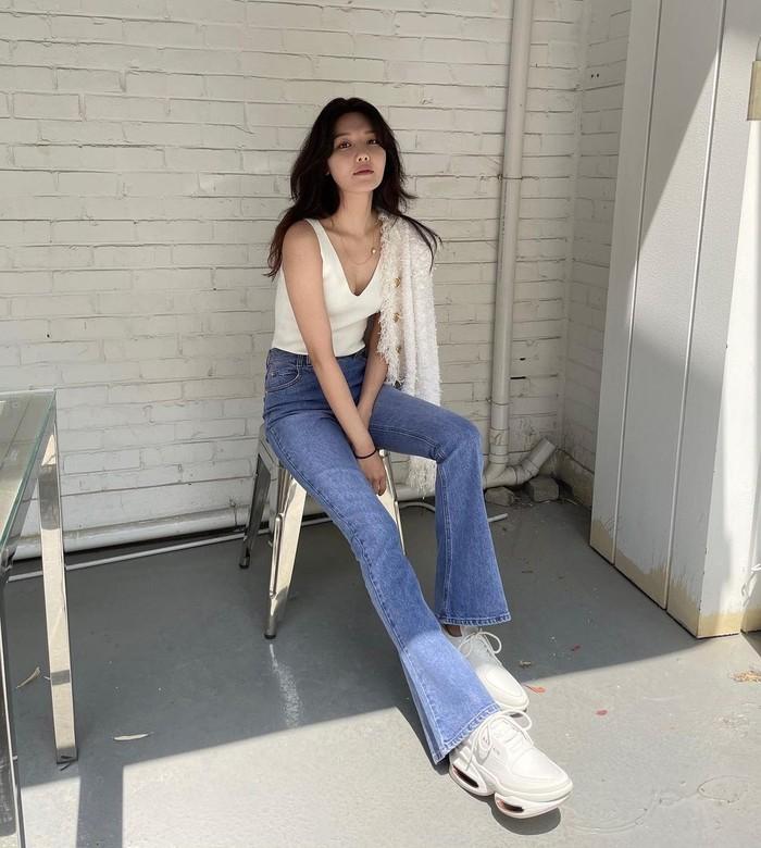 Disebut sebagai salah satu idol dan aktris Korea yang memiliki kaki ideal, Choi Soo Young makin terlihat jenjang saat mengenakan denim yang ia padankan dengan white sneakers. Ia pun memakai white tanktop berpotongan kerah v. / Foto: Instagram/sooyoungchoi.
