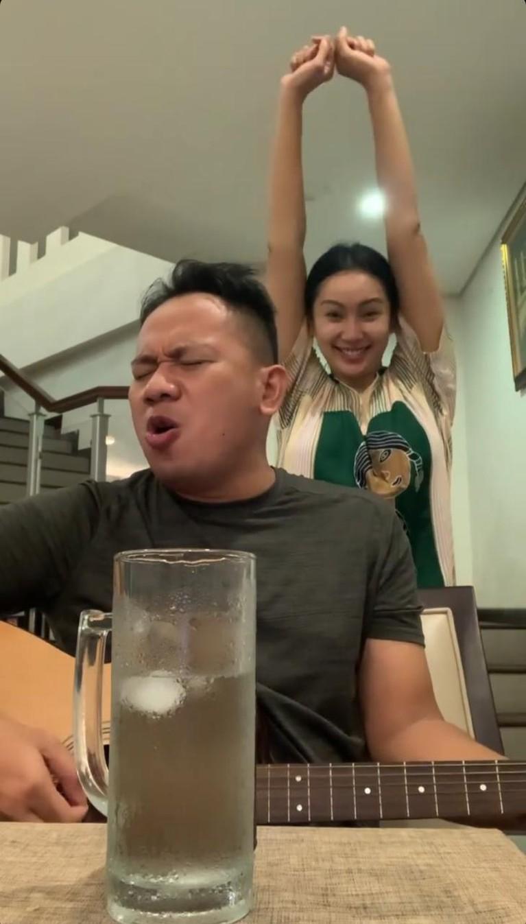 Kalina Oktarani terlihat sangat bahagia saat dinyanyikan sebuah lagu oleh Vicky karena ngidam. Yuk kita lihat ekspresinya!
