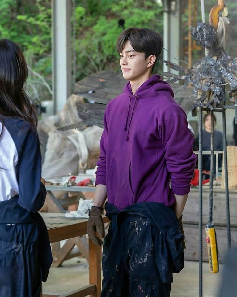 Song Kang sedang naik daun berkat perannya di drama Nevertheless. Yuk kita intip potret tampannya saat candid di lokasi syuting!