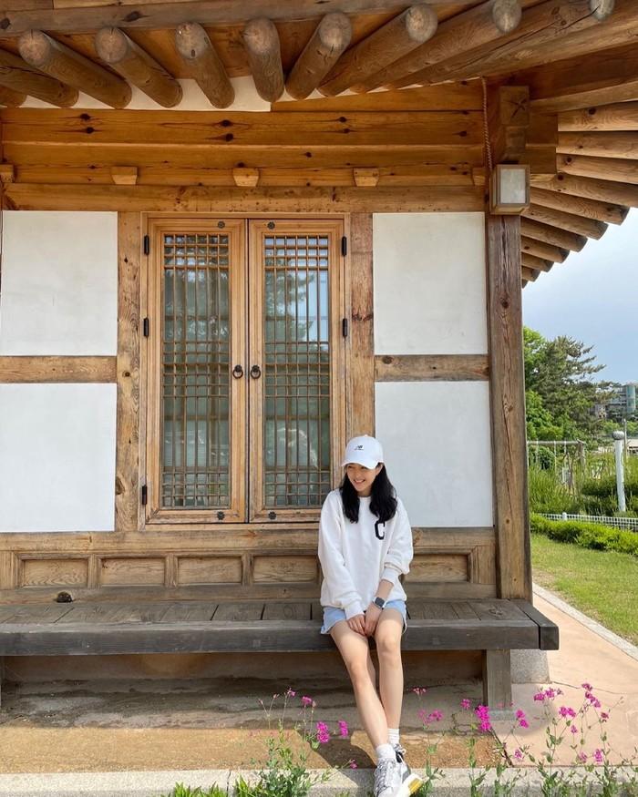 Nation's Little Sister Park Bo Young, tampil sportydalam balutan short denim, white sweater, ditambah dengan topi dan sneakers berwarna senada. Dengan tampilannya, aktris Korea berusia 31 tahun ini tampak berusia 20 an, ya!/ Foto: Instagram/boyoung0212_of