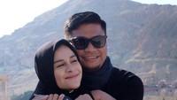 <p>Pada Maret lalu, mereka merayakan <em>wedding anniversary</em> yang ke-10. Wah, berarti Priska dipersunting Adnan pada 2011 silam ya, Bunda. Semoga makin romantis dan langgeng ya! (Foto: Instagram @priskaparamita)</p>