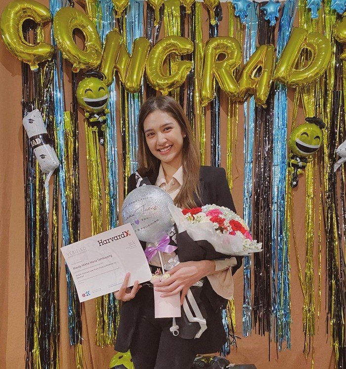 Beberapa waktu lalu, aktris cantik Mikha Tambayong baru saja menyelesaikan pendidikan dari UPH Executive Grad School dengan program Internasional dari Harvard University. Kabar kelulusannya pun sampaikan secara langsung dalam postingannya di Instagram. (Foto: Instagram.com/miktambayong)