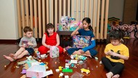 <p>Ruangan tersebut menjadi tempat berkumpulnya anak-anak Celine ketika bermain. Ia tak keberatan ketika rumahnya jadi berantakan ketika buah hatinya bermain. (Foto: Instagram: @celine_evangelista)</p>