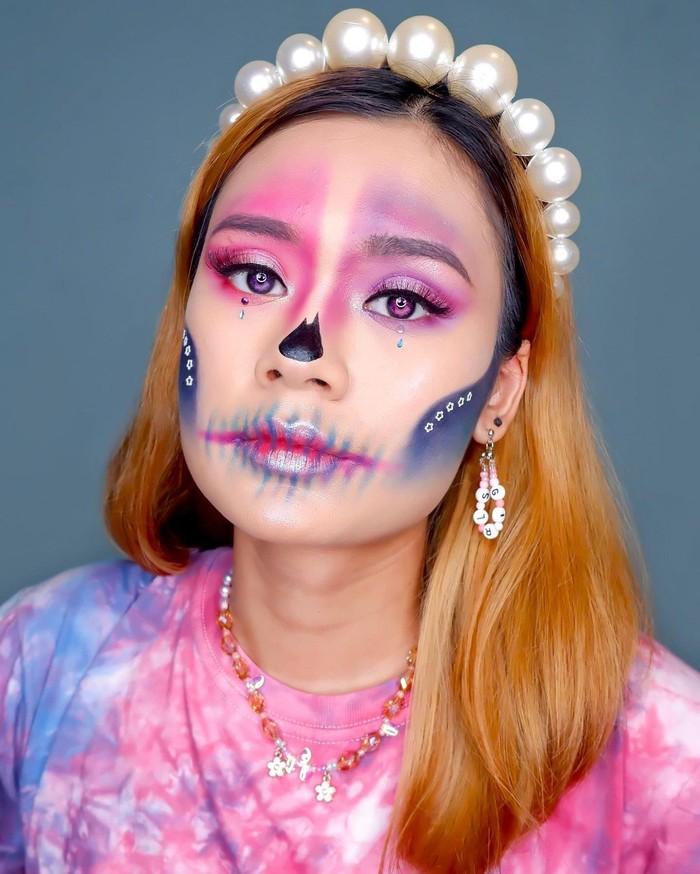 Contoh makeup karakter lain yang bisa kamu jadikan inspirasi halloween. Jangan lupa untuk menambahkan softlens berwarna senada, agar menunjang penampilan kamu. Keren sekali ya make up detailsnya.(foto: makeup karakter / sumber: instagram.com/nadyasmeen)