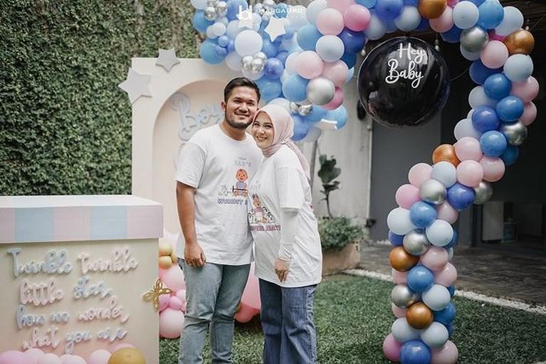 Kesha Ratuliu dan Adhi Permana sang suami merayakan gender reveal party anak pertama mereka. Yuk kita intip momen serunya!
