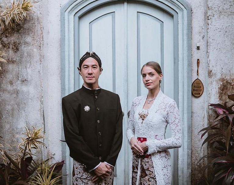 Setelah 10 tahun menikah, Daniel Mananta dan Viola mengucap ulang janji pernikahan mereka di Borobudur. Yuk intip!