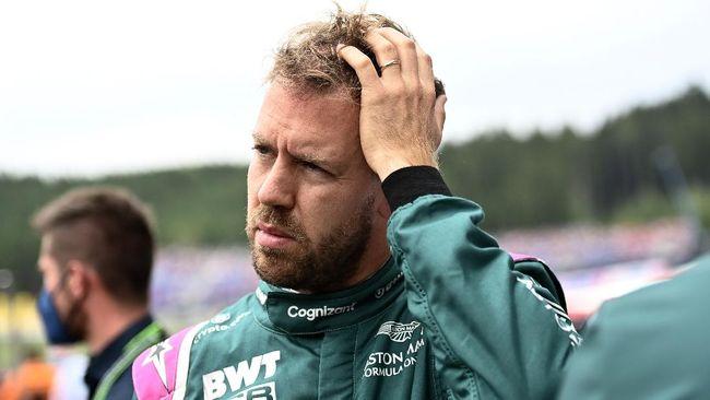 Pembalap Formula 1 Sebastian Vettel ikut membantu petugas membuang sampah usai balapan di F1 GP Inggris di Sirkuit Silverstone.