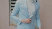 <p>Ketika mengenakan suit bernuansa <em>baby blue</em> dan <em>turtleneck</em> putih, gaya Rey Mbayang sudah tampak seperti K-Pop idol yang akan tampil di <em>combeack stage</em> nih! (Foto: Instagram: @rey_mbayang)</p>