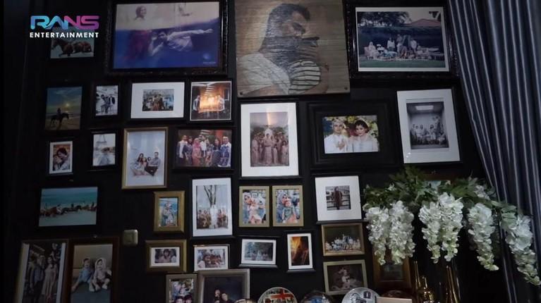 Mama Amy Qanita ibunda Raffi Ahmad kini menetap di rumah mewah di kawasan Lebak Bulus. Yuk kita lihat potret rumahnya!