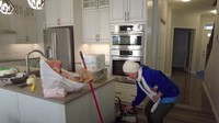 <p>Rumahnya modern, yang menjadi daya tarik adalah kitchen set-nya yang serba putih. Menonjolkan kesan modern ya, Bunda! (Foto: YouTube Pandu Gultom)</p>