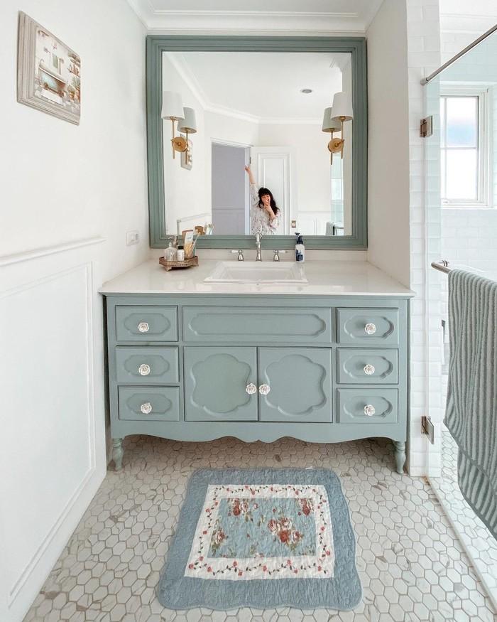 Bagaimana tidak menjadikan rumah Vanessa sebagai rumah unik. Lihat saja wastafel di master bathroom ini sangatlah cantik. Setiap detail warna, bentuk hingga handle sangat dipikirkan dengan baik (foto: master bathroom/sumber:instagram.com/cherrydreamy)