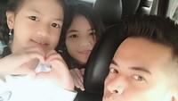 <p>Choky kerap membagikan kebersamaannya bersama sang anak, lho. Ada potret saat ketiganya berada dalam mobil nih, Bunda. Kompak banget, ya! (Foto: Instagram: @ck.andriano)</p>