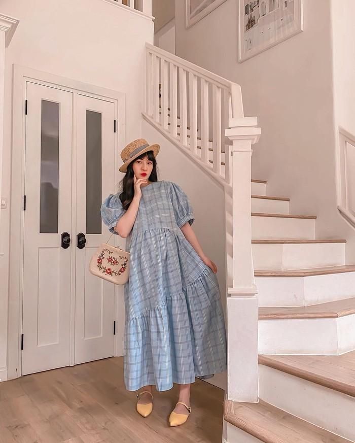 Detail rumah unik ini lainnya ada di tangga. Untuk mendesain rumah ini, Vanessa mencari inspirasi pada pinterest. Gaya rumah ini sudah menjadi idamannya sejak ia SMA lho beauties! (foto: tangga inspirasi dari pinterest/sumber:instagram.com/cherrydreamy)