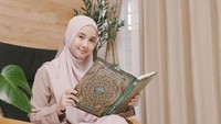 <p>Pemain Surga yang Tak Dirindukan ini nampaknya semakin tekun memperdalam agama Islam. Hal itu nampak dari berbagai ungggahannya di Instagram. (Foto: Instagram @laudyacynthiabella)</p>
