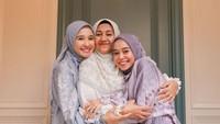 <p>Keakraban Bella dengan Lesti semakin terlihat saat mereka merayakan Hari Raya Idul Adha bersama sang mama. (Foto: Instagram @laudyacynthiabella)</p>
