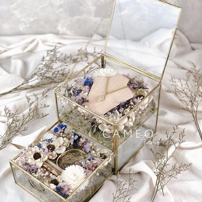 Mas kawin kamu berbentuk perhiasan? tampilan box cantik seperti ini bisa kamu pilih. Bukan hanya cantik, tetapi bisa kamu applikasikan sebagai tempat perhiasan lagi nantinya. (foto: mas kawin box/sumber: instagram.com/cameoframe.bdg)