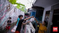 FOTO: Membagi Berkah Daging Kurban Rumah ke Rumah