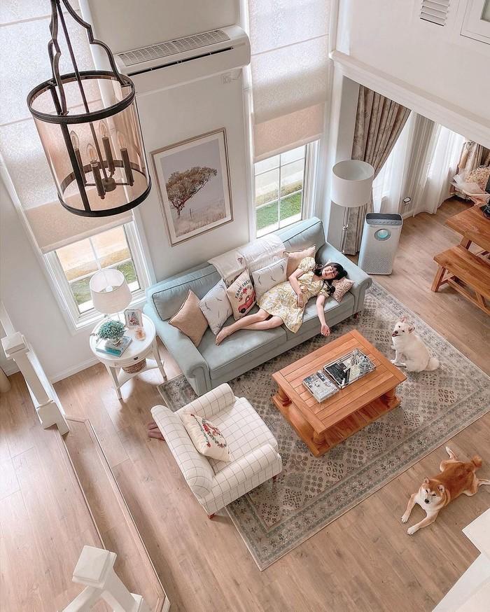 Pemilihan lantai berbahan dasar kayu ini dapat menjadi inspirasi rumah kamu. Dipilihnya kayu oleh Vanessa agar rumah terasa sangat homey dan tetap menimbulkan kesan classic (foto: Lantai berbahan kayu/sumber:instagram.com/cherrydreamy)