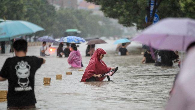 Sejumlah WNI di Malaysia melanggar aturan lockdown sampai banjir besar di China.