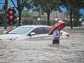 Cemas Warga China saat Kereta Bawah Tanah Diterjang Banjir