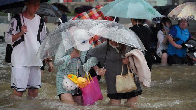 Setidaknya 25 orang tewas dan lusinan orang lainnya terjebak di kereta bawah tanah China akibat banjir parah yang melanda negara tersebut.