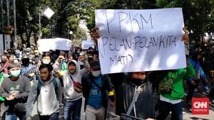 Mahasiswa Gelar Demo Tolak PPKM di Flyover Pasar Rebo