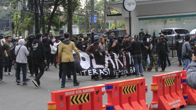 Sebanyak tujuh orang yang sempat mengikuti demo tolak PPKM Darurat di Bandung, Jawa Barat, dinyatakan positif covid-19.