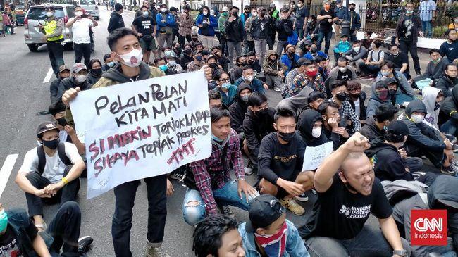 Gubernur Jabar Ridwan Kamil buka suara soal demo tolak PPKM darurat di Bandung. Ia meminta masyarakat sabar karena kebijakan itu akan dilonggarkan.