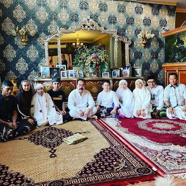 Ini adalah potret sederet artis Tanah Air merayakan hari Raya Idul Adha dengan cara dan gaya masing-masing. Yuk intip!
