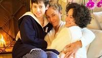 <p>Jennifer Lopez memiliki anak kembar berjenis kelamin laki-laki dan perempuan, yakni Emme Maribel Muniz dan Maximillian David Muniz, Bunda. (Foto: Instagram @jlo)</p>