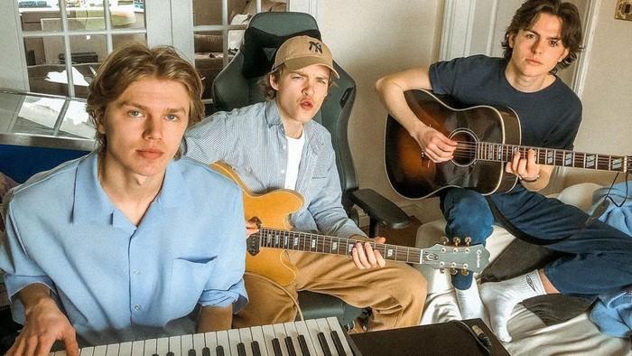 Nggak hanya berwajah tampan, ketiga personil New Hope Club ini juga multitalenta banget. Baik Reece, George, ataupun Blake punya suara merdu dan ketiganya pandai bermain gitar, lho. (Foto: instagram/newhopeclub).