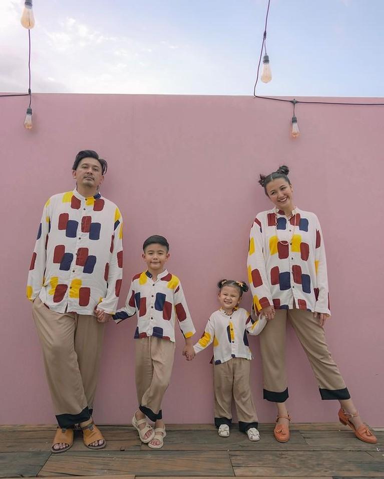 Keluarga Ryan Delon dan Sharena memang terkenal harmons jauh dari gosip miring. Yuk kita intip potret outfit kompak mereka!