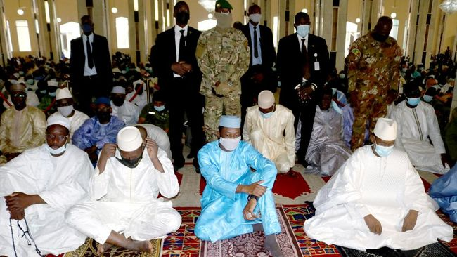 Presiden Interim Mali, Assimi Goita, yang memimpin kudeta nyaris menjadi korban penusukan saat melakukan salat Iduladha.