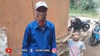 <p>Sang kepala keluarga, Afid, yang merupakan ayah mertua Tuti, mengaku sudah 10 tahun tinggal di rumah tersebut setelah pindah dari Ciranca. Ia tinggal bersama istri, ketiga anak, menantu serta enam cucu. (Foto: YouTube Rizquna Channel)</p>