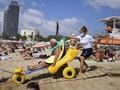 Barcelona Punya Penjaga Pantai Khusus Wisatawan Difabel