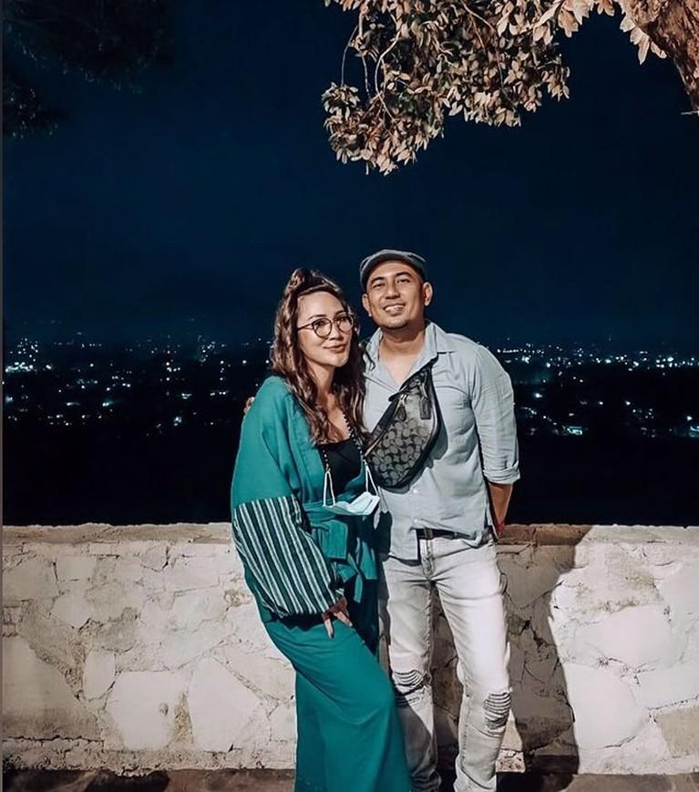 Rumah tangga penyanyi Rio Febrian dan Sabria Kono jauh dari isu tak sedap. Yuk kita intip potret harmonis mereka!