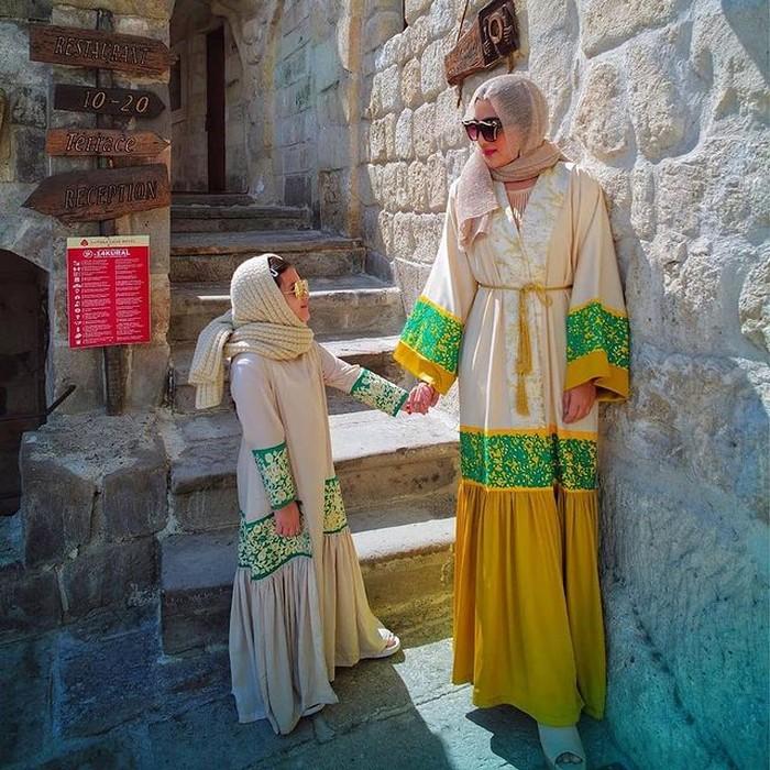 Ashanty dan Arsy sama-sama mengenakan gamis saat mereka berada di Turki. Terlihat sama-sama cantik, ya! (foto:instagram/ashanty_ash)