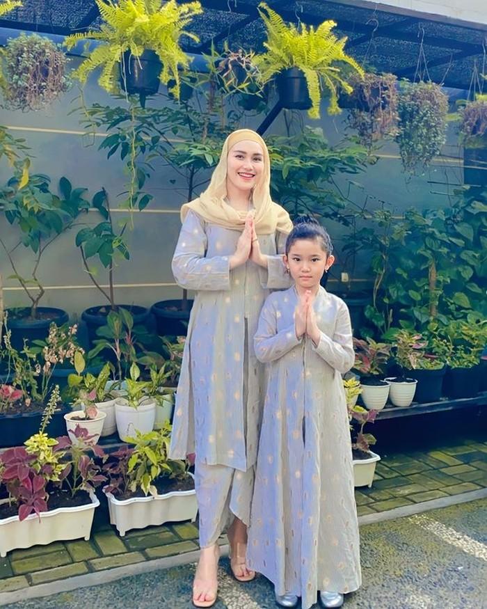 Ayu TingTing bersama sang anak Bilqis, mengenakan dresspanjang berwarna abu-abu dengan hijab berwarna gold. Cocok buat inspirasi di hari raya, nih!(foto:instagram/ayutingting92)