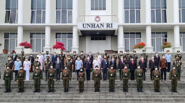 Sebanyak 18 pegawai KPK mengikuti diklat bela negara untuk bisa diangkat menjadi aparatur sipil negara (ASN). Mereka adalah pegawai KPK yang gagal TWK KPK.