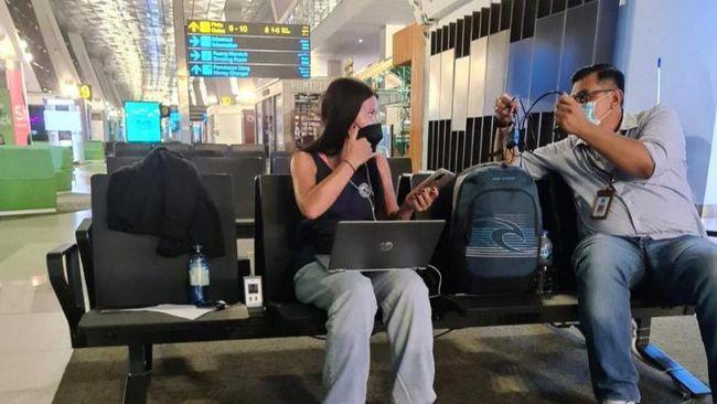 Anzhelika Naumenok malah keluyuran di Bali usai dinyatakan positif Covid-19. Dia terpaksa dijemput paksa untuk isoman dan kini dideportasi pulang ke Rusia.