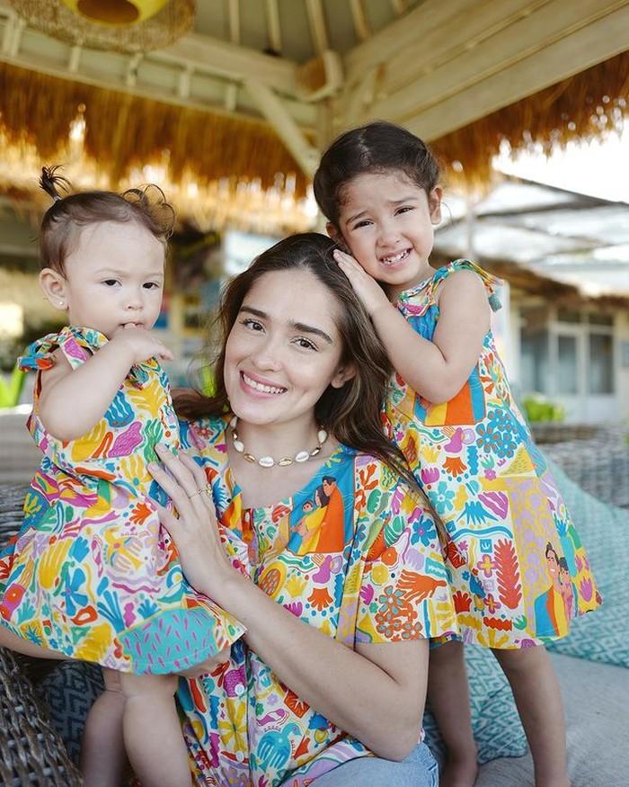 Kebersamaan Yasmine Wildblood dan anak-anaknya ketika berlibur, kompak mengenakan outfit bunga-bunga. So, cute! (foto:instagram/yaswildblood)